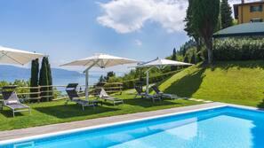 Una piscina al aire libre de temporada, cabañas de piscina gratuitas