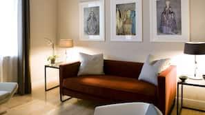 Hochwertige Bettwaren, individuell dekoriert, Schreibtisch