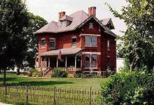 Great Place to stay Squiers Manor B&B near Maquoketa