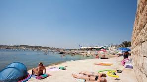 Una spiaggia nelle vicinanze, cabine (a pagamento), lettini da mare