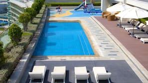 室外泳池;08:00 至 19:00 開放;泳池傘、躺椅