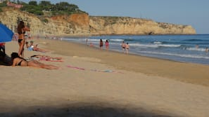 Ubicación cercana a la playa, arena blanca y toallas de playa