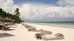 Am Strand, weißer Sandstrand, Liegestühle, Strandtücher