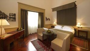 Luxe beddengoed, donzen dekbedden, een minibar, een kluis op de kamer
