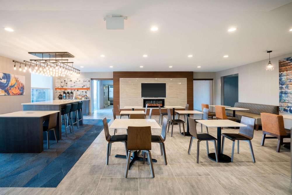 Breakfast Area, La Quinta Inn & Suites by Wyndham Montgomery