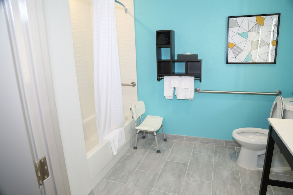 Bathroom, La Quinta Inn & Suites by Wyndham Montgomery
