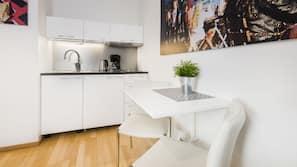 Kjøleskap, kokeplater, kaffetrakter/tekoker og vannkoker
