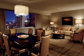 Executive Suite, 1 King Bed, Business Lounge Access - Living Room