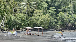 Ubicación a pie de playa y arena negra