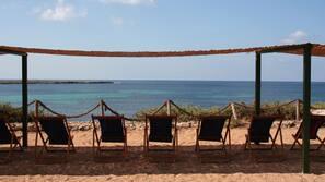 Una spiaggia nelle vicinanze, lettini da mare