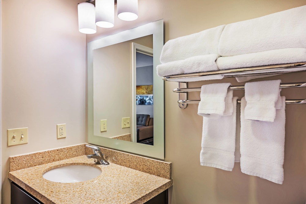 Bathroom, TownePlace Suites by Marriott North Owasso