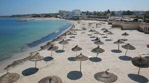 Plage privée, sable blanc, chaises longues, parasols