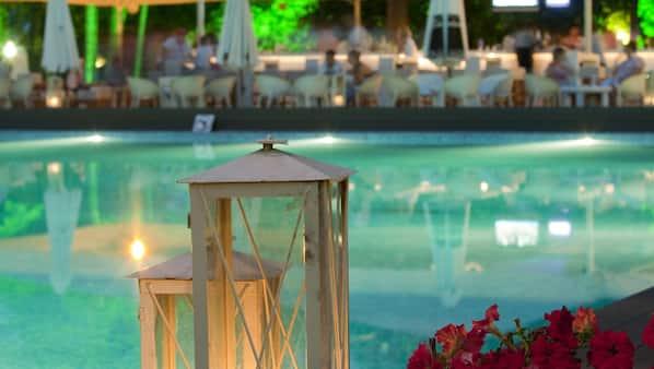 Piscine couverte, piscine extérieure, cabanons gratuits, chaises longues