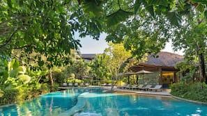 室外泳池;07:00 至 19:00 開放;泳池傘、躺椅