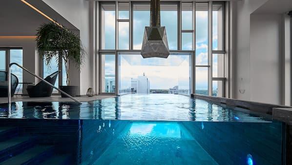 2 binnenzwembaden, ligstoelen bij het zwembad