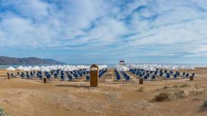 Liegestühle, Sonnenschirme, Strandtücher, Massagen am Strand
