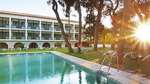Una piscina al aire libre de temporada (de 12:00 a 20:00), tumbonas