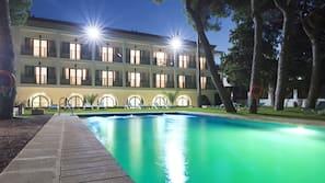 Una piscina al aire libre de temporada (de 11:30 a 20:00), tumbonas