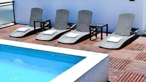 Außenpool (je nach Saison geöffnet), Liegestühle