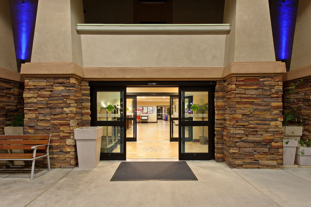 Holiday inn express hotel suites twentynine palms 2018 room exterior sciox Images