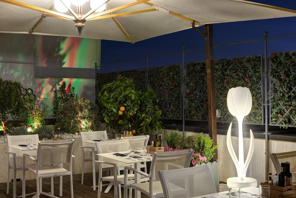 Outdoor Dining, iQ Hotel Roma