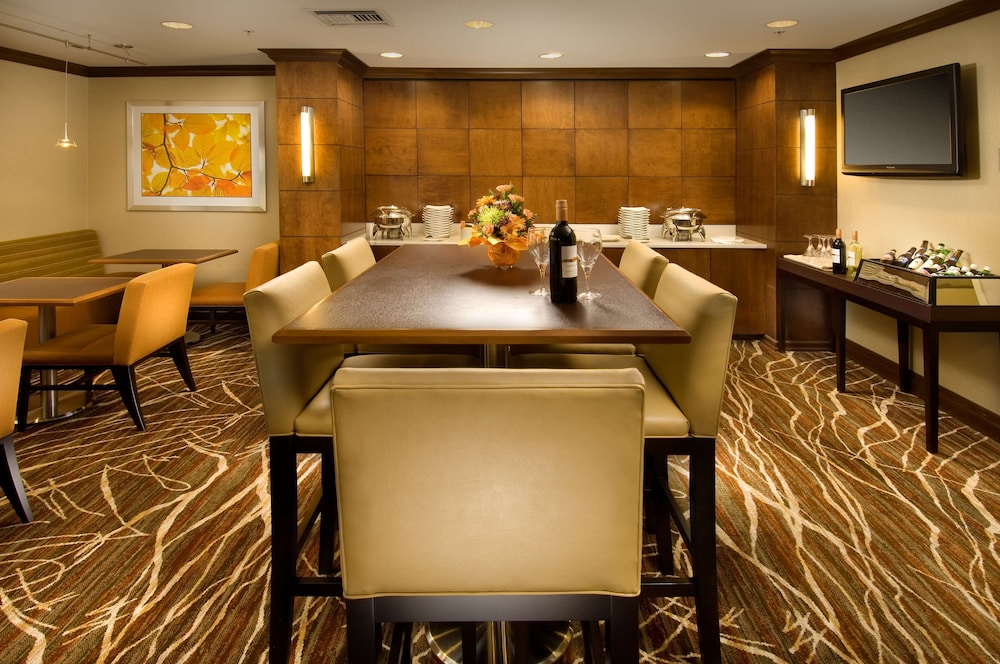 Executive Lounge, DoubleTree by Hilton Sterling - Dulles Airport