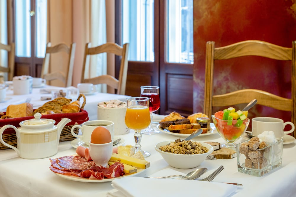 Breakfast buffet, The Originals Boutique, Hôtel Le Rempart, Tournus