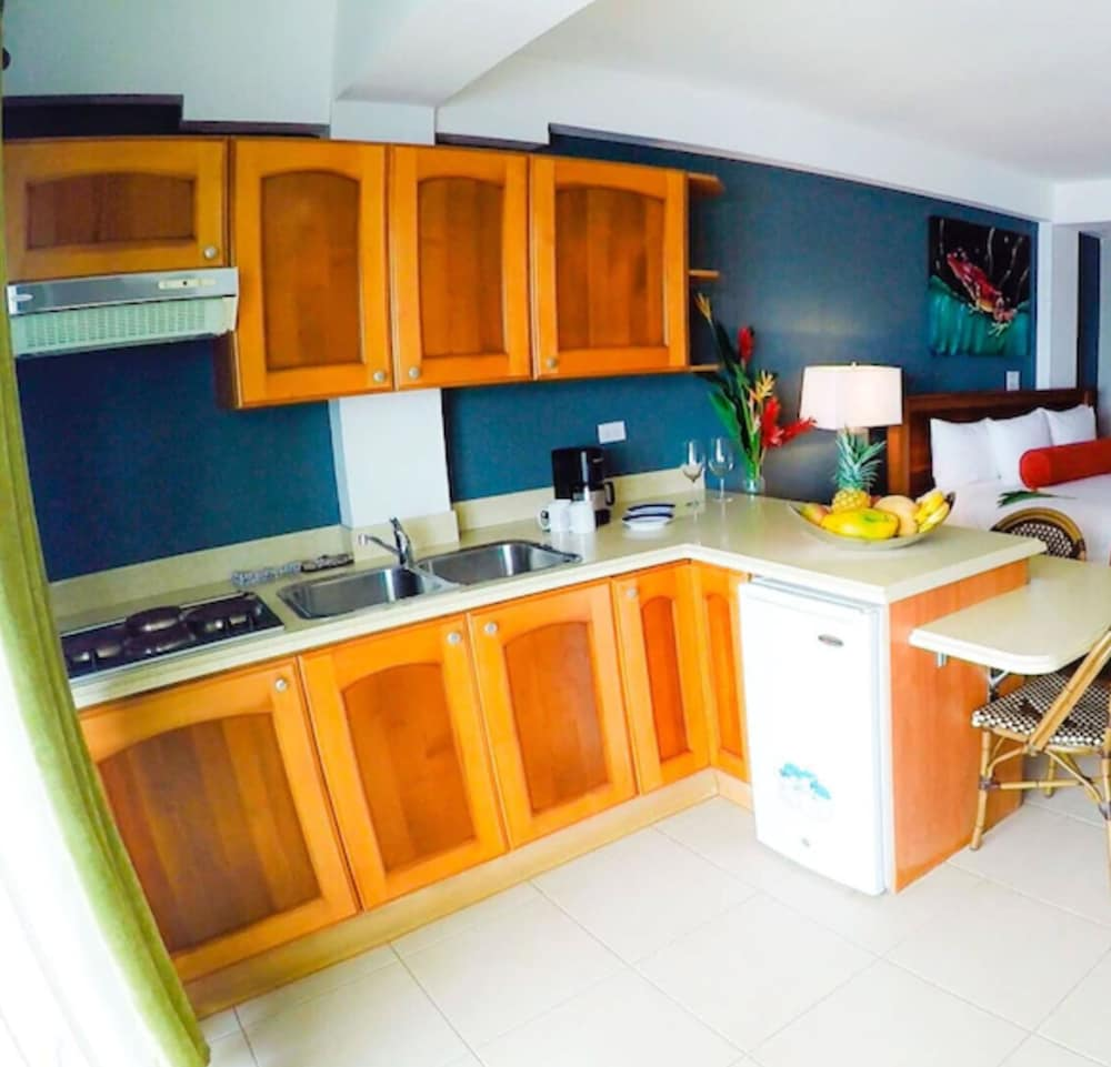 Private Kitchen, Tropical Suites Hotel