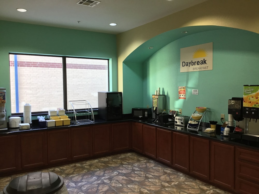 Breakfast buffet, Days Inn by Wyndham Kemah