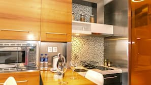 Kühlschrank, Mikrowelle, Herdplatte, Kochgeschirr/Geschirr/Besteck