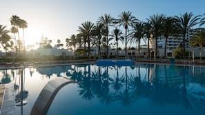 4 piscinas al aire libre