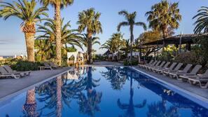 3 piscinas cubiertas, 2 piscinas al aire libre, tumbonas