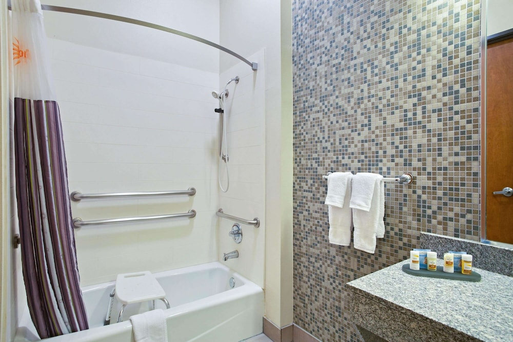 Accessible bathroom, La Quinta Inn & Suites by Wyndham Austin NW/Lakeline Mall