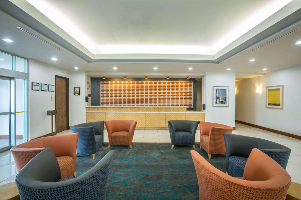 Lobby, La Quinta Inn & Suites by Wyndham Austin NW/Lakeline Mall