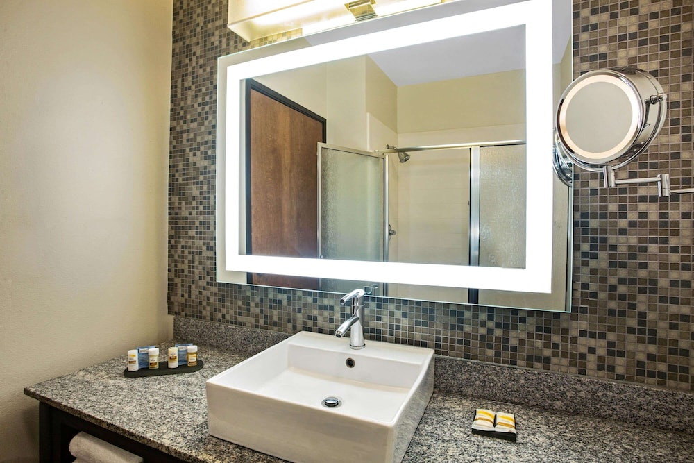 Bathroom, La Quinta Inn & Suites by Wyndham Austin NW/Lakeline Mall