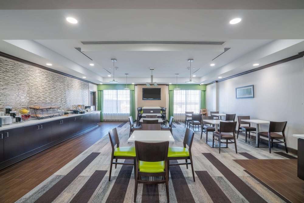 Breakfast Area, La Quinta Inn & Suites by Wyndham Memphis Wolfchase