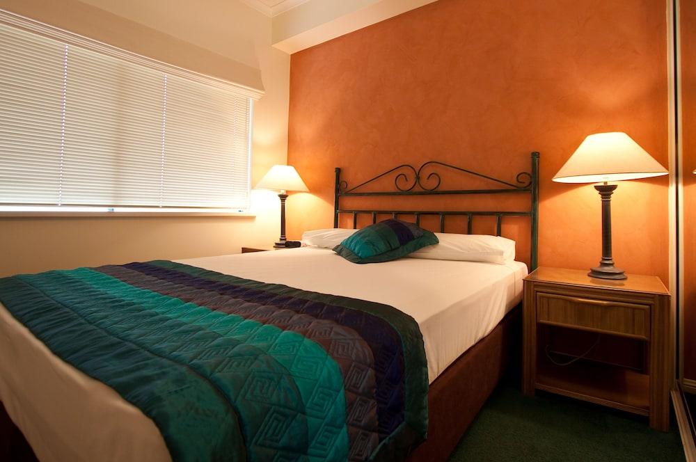 Book mid city luxury suites cairns hotel deals for Cheap bedroom suites deals