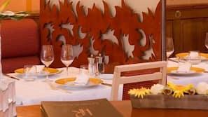 Déjeuner et dîner servis sur place, spécialités de la cuisine française