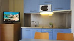 Een koelkast, een microgolfoven, een kookplaat