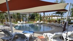 Piscine couverte, 6 piscines extérieures, parasols de plage
