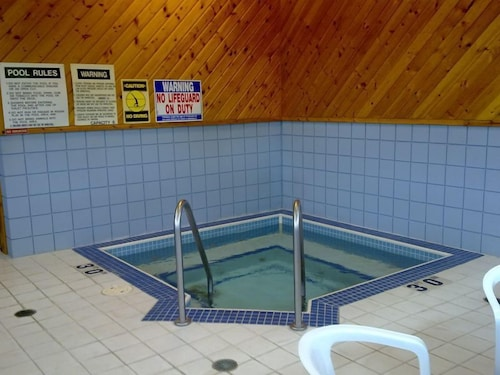 Indoor Spa Tub, Skyline Motel