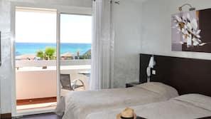 Een minibar, een kluis op de kamer, een bureau, extra bedden