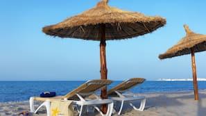 Na praia, prática de esqui aquático, prática de windsurfe