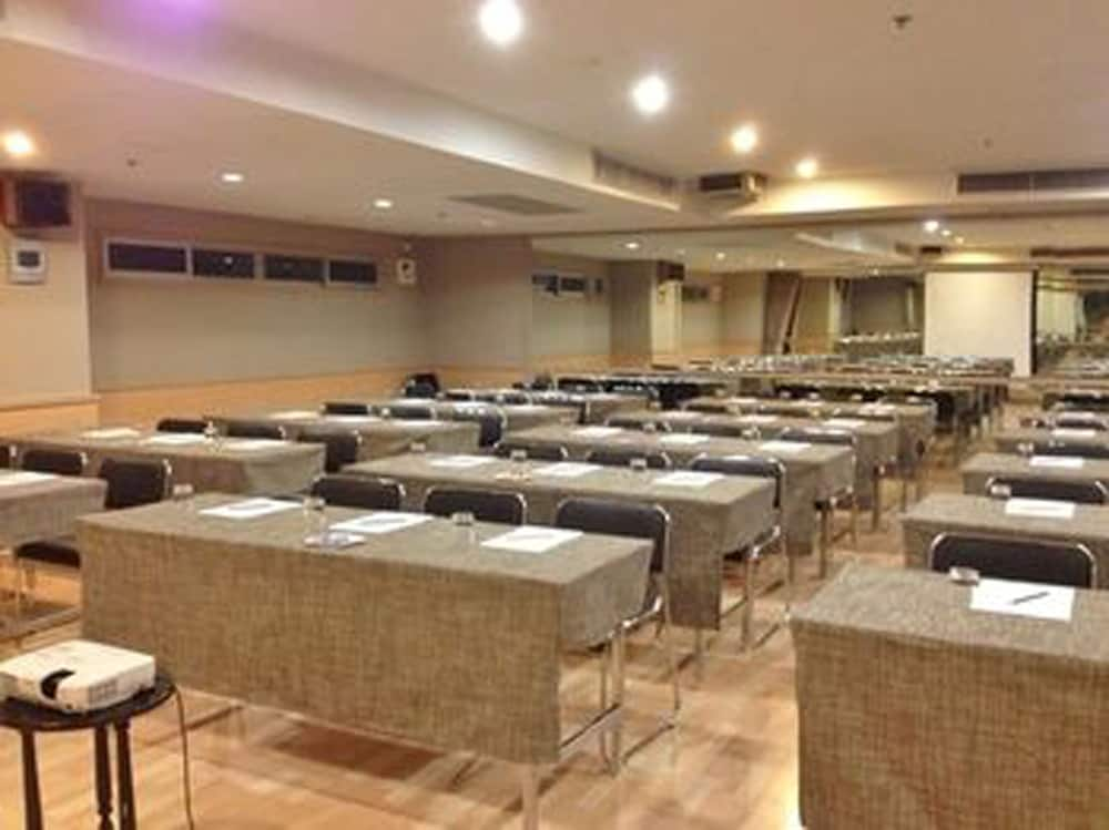 Meeting Facility, Evergreen Place Siam by UHG