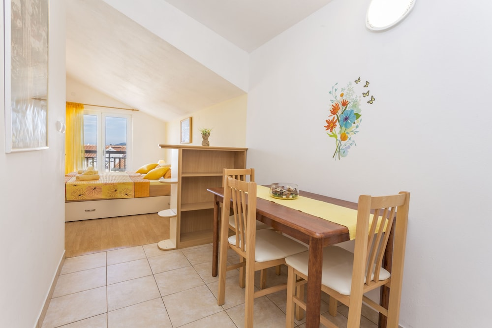 In-Room Dining, Apartmani Ivanovic