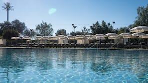 2 piscinas cubiertas, una piscina al aire libre, sombrillas
