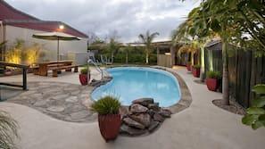 室外游泳池,08:30 至 20:30 开放,池畔遮阳伞,日光浴躺椅