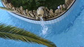 2 piscine all'aperto, ombrelloni da piscina, lettini