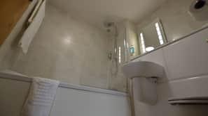 Combined shower/bathtub, hair dryer, towels