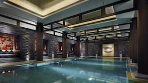 室內泳池;場內有救生員當值